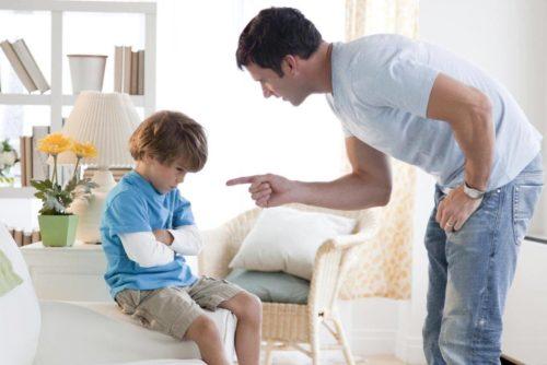 родители насмехаются над ребенком