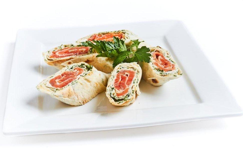 Аппетитный рулет из лаваша с красной рыбой и сливочным сыром