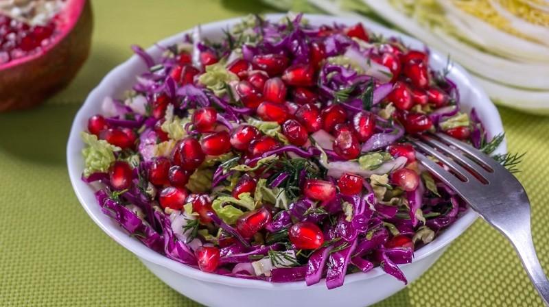 Салат с краснокочанной капустой и гранатом