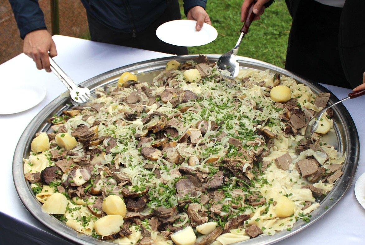 Бешбармак по-казахски с колбасой из конины