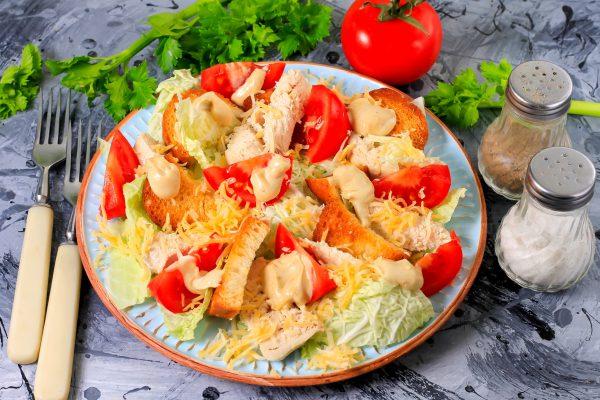 Салат с пекинской капустой, курицей и томатами