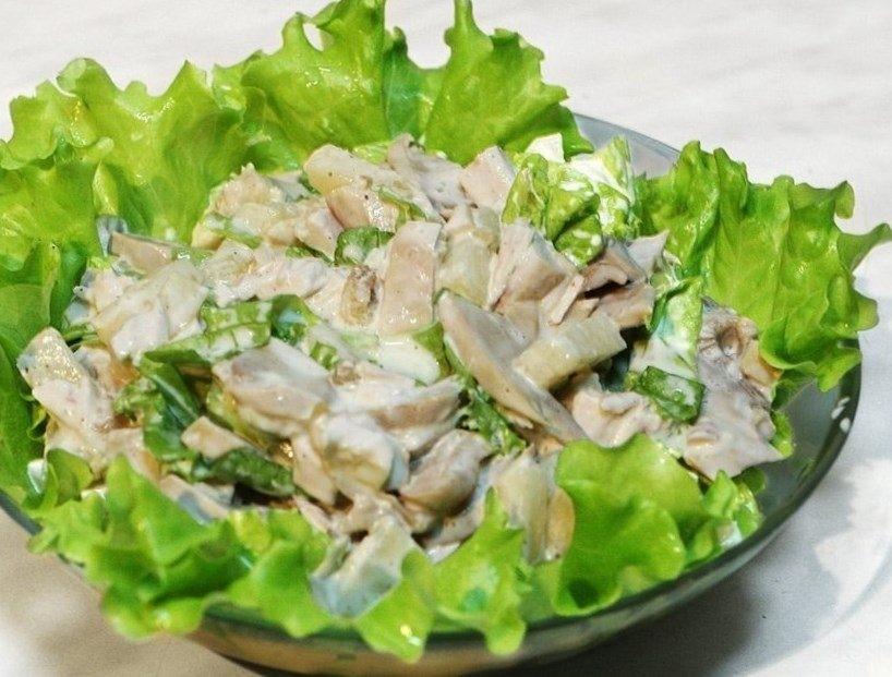 Салат с пекинской капустой, курицей и грибами