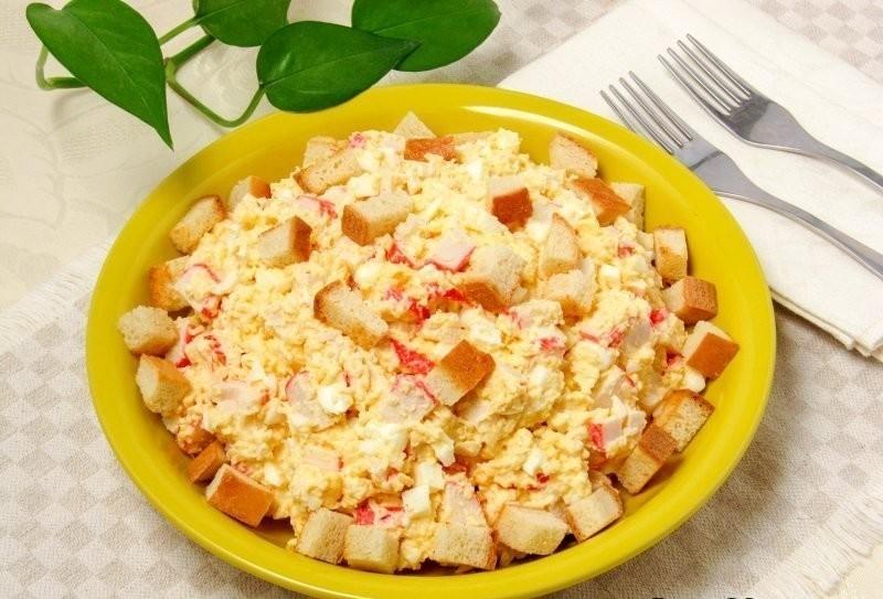 Салат с крабовыми палочками, сыром, курицей и сухариками