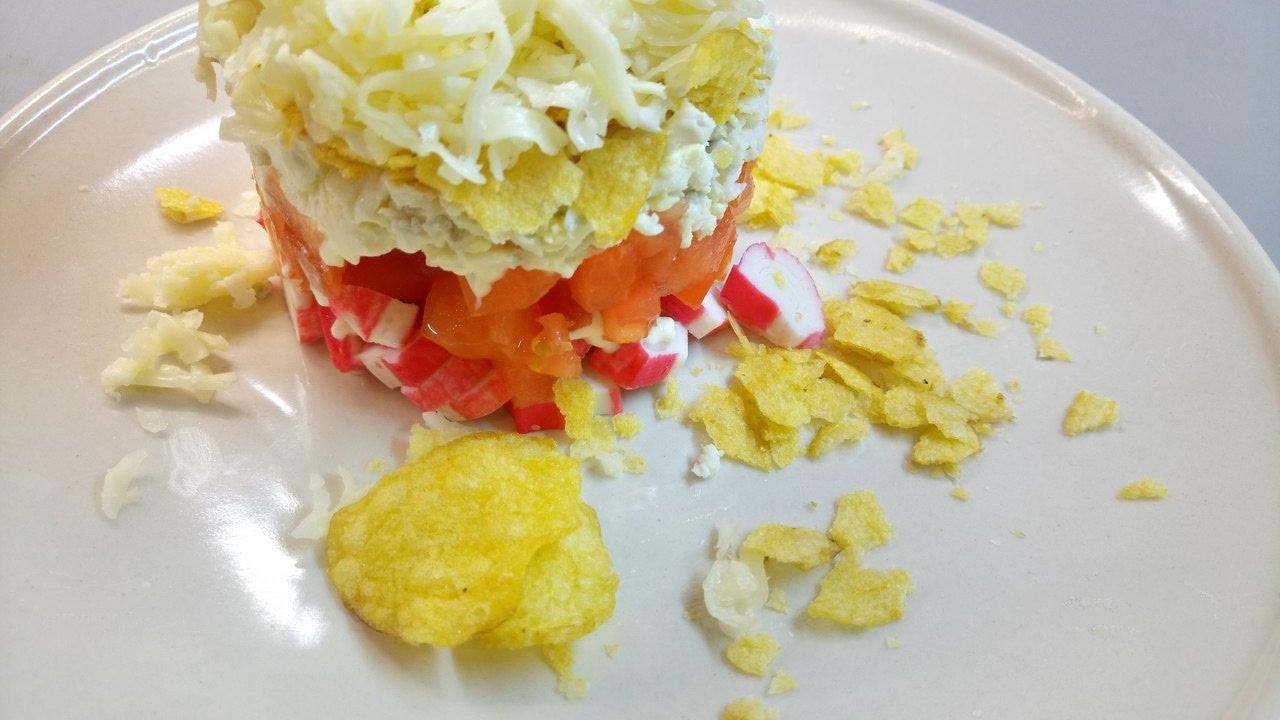 Салат с крабовыми палочками и томатами