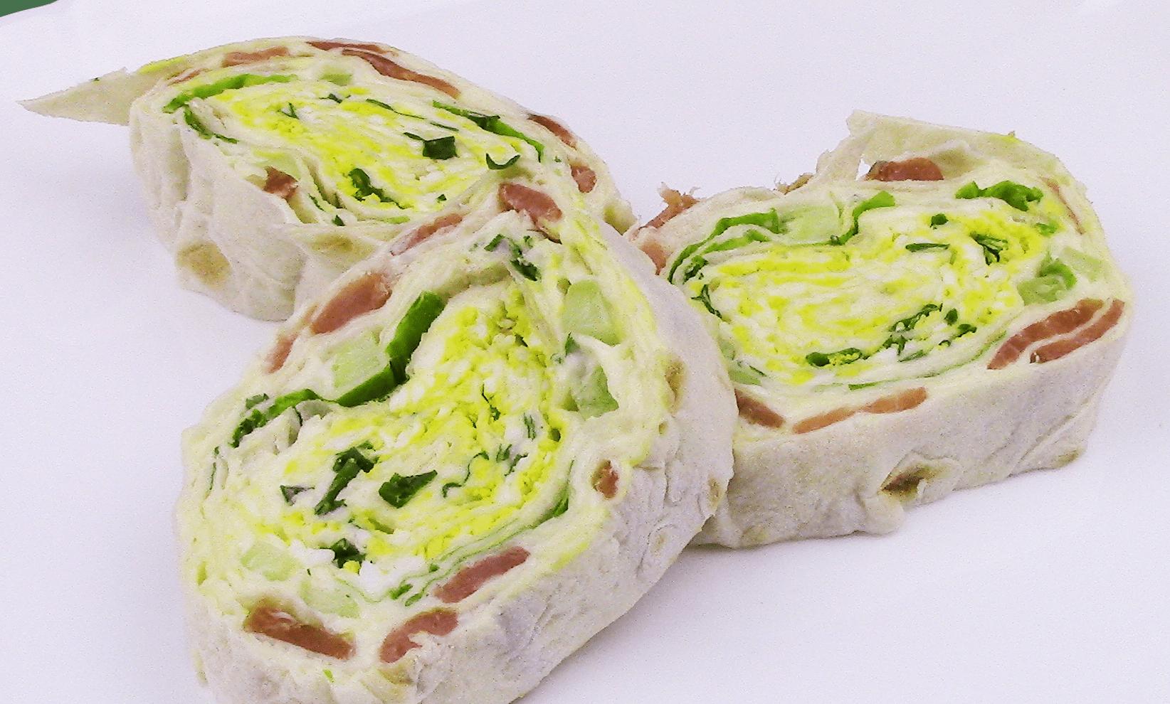 Нежный рулет с лососем, сыром и яйцом