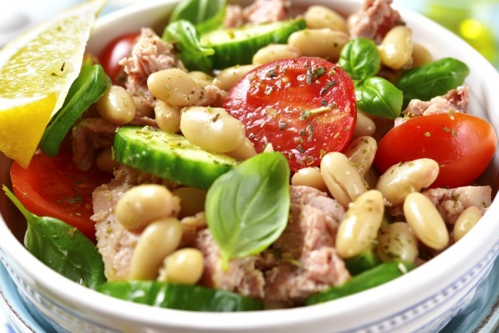 Салатик с консервированным тунцом и фасолью