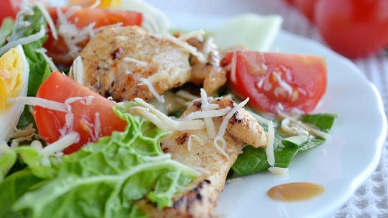 Легкий салат с курицей, яйцом и помидором