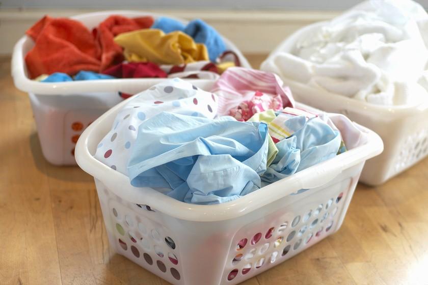 Как правильно стирать цветную и белую одежду