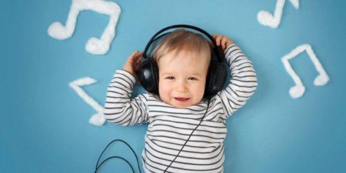 Ребенок слушает Моцарта