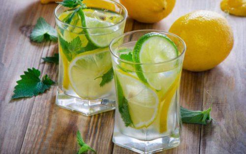 стакана воды с лимоном