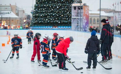 Поиграть в хоккей с друзьями на катке