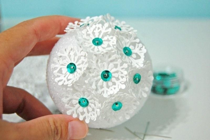 Елочные шарики из бумажных снежинок