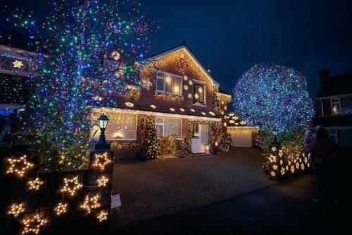 Развесьте на деревьях возле дома разноцветные гирлянды