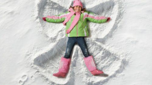 Играть в снежки и кататься на санках