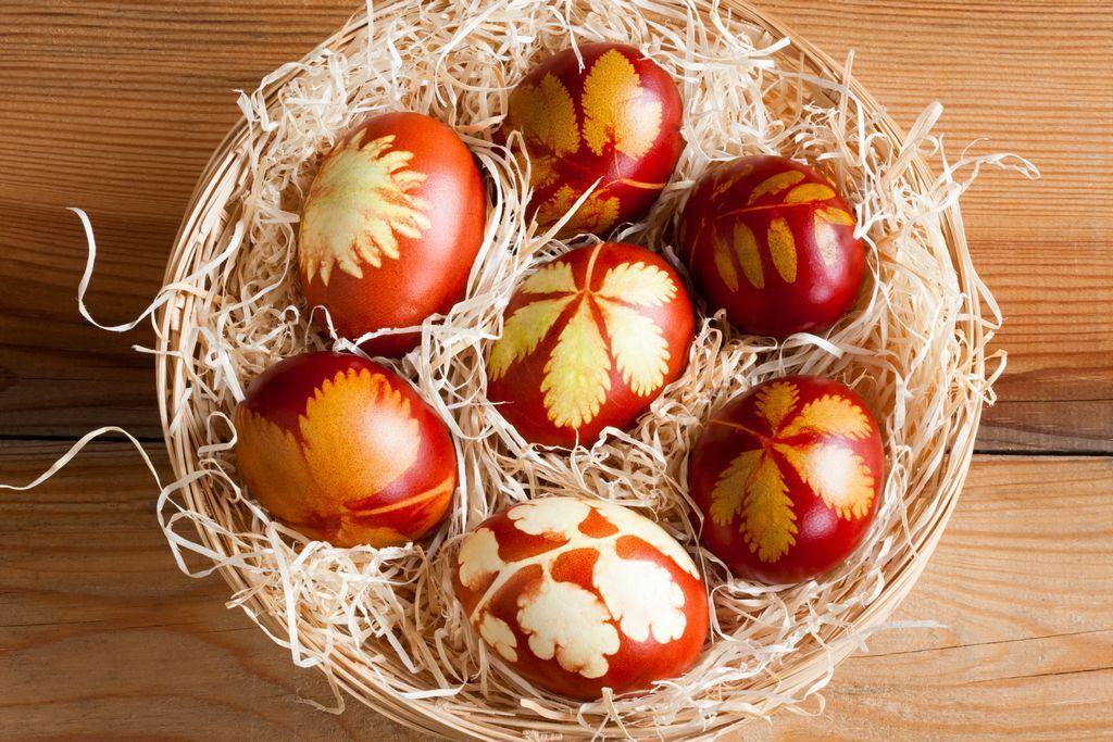 Как красиво покрасить яйца в луковой шелухе с узорами