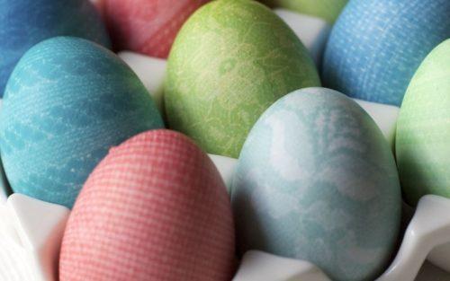 Как покрасить яйца с кружевным рисунком