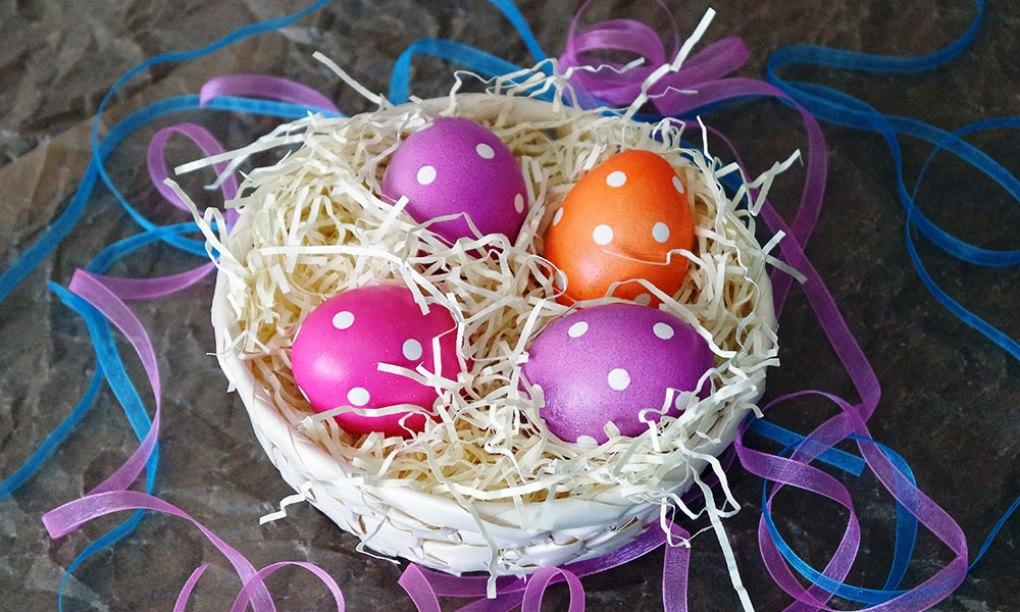 Как покрасить яйца на пасху в горошек 2 способа