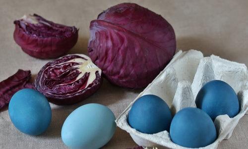 Как покрасить яйца краснокочанной капустой