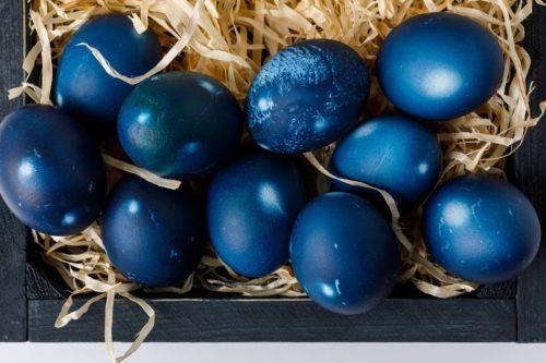 Как покрасить яйца с помощью черники