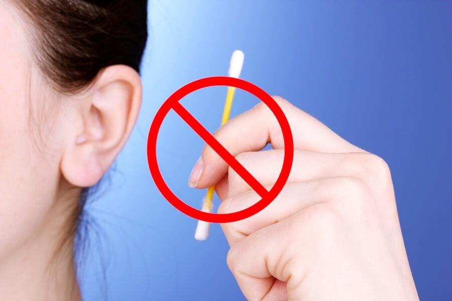 Вредно ли чистить уши ватными палочками?