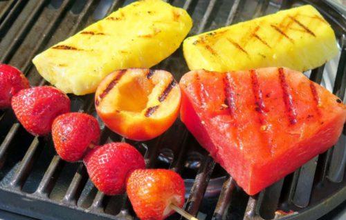 Необычное блюдо из сезонных фруктов на мангале